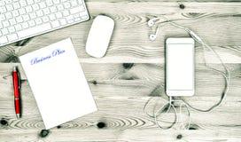 Kontorsarbetsplats med tangentbordet, telefon, kontorstillförsel Affär Fotografering för Bildbyråer