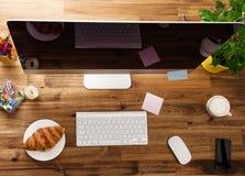 Kontorsarbetsplats med träskrivbordet Fotografering för Bildbyråer