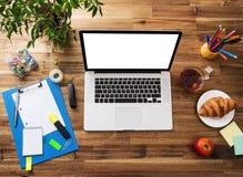 Kontorsarbetsplats med träskrivbordet Arkivbild