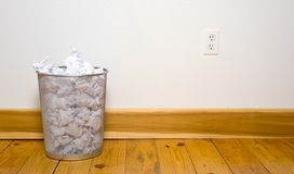 Kontorsavfall kan på trä däcka arkivfoton