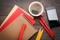 Kontorsbrevpapper, kopp kaffe arkivbilder