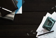 Kontorsbrevpapper på träskrivbordet, bästa sikt royaltyfria bilder