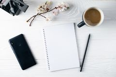 Kontorsbrevpapper, telefon, anteckningsbok, kaffe och pensil, författare arkivfoton