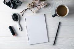 Kontorsbrevpapper, telefon, anteckningsbok, kaffe och pensil, f?rfattare arkivbild