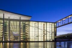 Kontorsbyggnad av den Tyskland parlamentet på skymningtimmen Arkivfoto