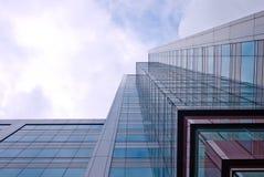 Kontorsbyggnad från avmaskar synar beskådar Fotografering för Bildbyråer