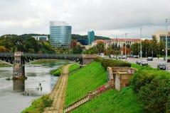 Kontorsbyggnad för Barclays bank och Vilnius educologyuniversitet Arkivbild