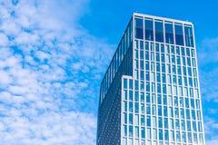 Kontorsbyggnad i skyen Royaltyfri Bild
