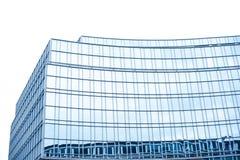 Kontorsbyggnad med fönster Royaltyfri Bild