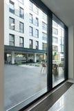 Kontorsbyggnad med glasväggen Arkivbilder
