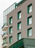 Kontorsbyggnad med gröna fönster Arkivbilder