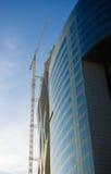 Kontorsbyggnad- och kickkran Arkivfoton