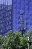 Kontorsbyggnad och kyrka Royaltyfri Foto