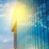 Kontorsbyggnad på en ljus molnig dag Blå sky i bakgrunden royaltyfria foton
