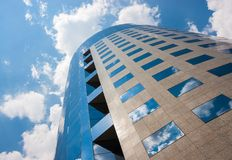 Kontorsbyggnad på en molnig dag Blå sky i bakgrunden right Arkivfoton