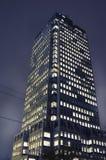 Kontorsbyggnad på natten Royaltyfria Bilder