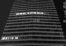 Kontorsbyggnad på natten Royaltyfri Foto