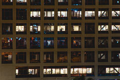 Kontorsbyggnad på natten Arkivfoto
