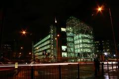 Kontorsbyggnad vid natt Royaltyfria Bilder