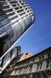 Kontorsbyggnadar och blåttsky Fotografering för Bildbyråer