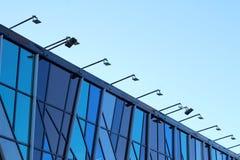 Kontorsbyggnadbelysning, glass fasad arkivbilder