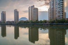 Kontorsbyggnader förutom stadsfloden Arkivfoton