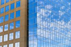 Kontorsbyggnader Kansas City moderna för Glass fönster Arkivbild