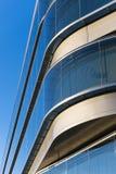 Kontorsbyggnader med modern företags arkitektur Arkivbilder