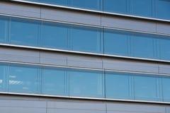 Kontorsbyggnader med modern företags arkitektur Arkivfoto