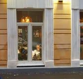 Kontorsbyggnadfönster i aftonen royaltyfria bilder