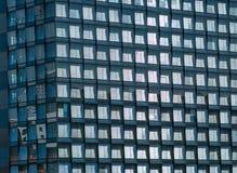Kontorsbyggnadfasad - modern arkitektur som är arkitektonisk klappar Royaltyfri Bild