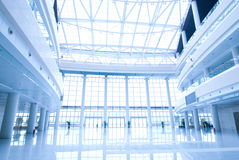 Kontorsbyggnadkorridor Arkivbild
