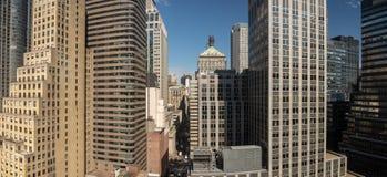 Kontorsbyggnadpanorama runt om den 45th gatan i New York Royaltyfria Foton