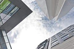 Kontorsbyggnadsikt från nedåtgående Arkivbilder