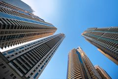 Kontorsbyggnadskyskrapor på himmelbakgrund Royaltyfri Foto