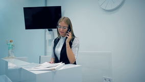 Kontorschef som talar på telefonen lager videofilmer