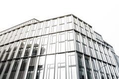 Kontorsfönster på en byggnad Arkivfoto