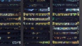 Kontorsfönster på fasad av en modern skyskrapa som visar affärsverksamhet stock video