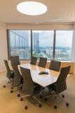 Kontorsfönstersikt från en mötesrum med en högtalaretelefon Royaltyfri Bild