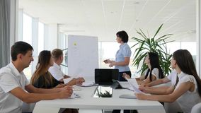 Kontorsfolk som diskuterar schemanäringslivsutveckling på Whiteboard i modern styrelse stock video