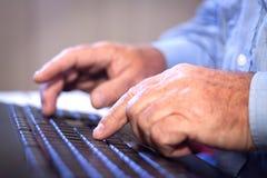 Kontorsjobb. Skrivande på ett datortangentbord. Arkivbild