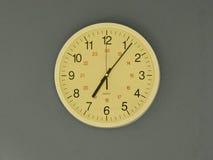 Kontorsklocka på 7 05 Arkivfoto