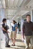 Kontorskollegor i korridor fotografering för bildbyråer