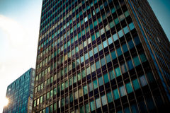 Kontorskomplex av höghus Solnedgång Royaltyfri Bild