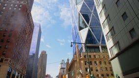 Kontorskvarter och lägenheter New York Nordamerika, USA APRIL 20, 2016 lager videofilmer