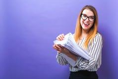 Kontorskvinna med en bunt av dokument Arkivfoto