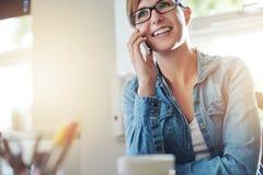 Kontorskvinna som talar till någon på telefonen Royaltyfri Fotografi