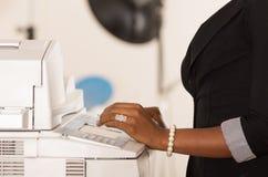 Kontorskvinnas maskin för funktionsduglig kopia för hand Royaltyfria Bilder