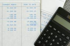 Kontorslönsnedsteg för skatt- och skuldberäkningsbegrepp vid salar arkivbild
