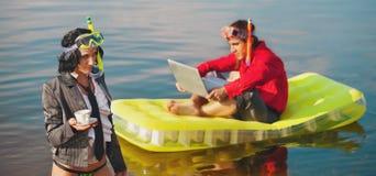 Kontorsliv på semester. arkivbild